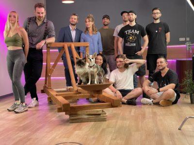 Die Crew von Alumatel mit den Darstellern
