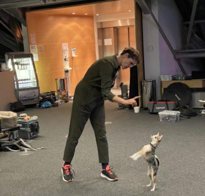 Tiertrainerin Nicolle Müller mit Chihuahua Junicon
